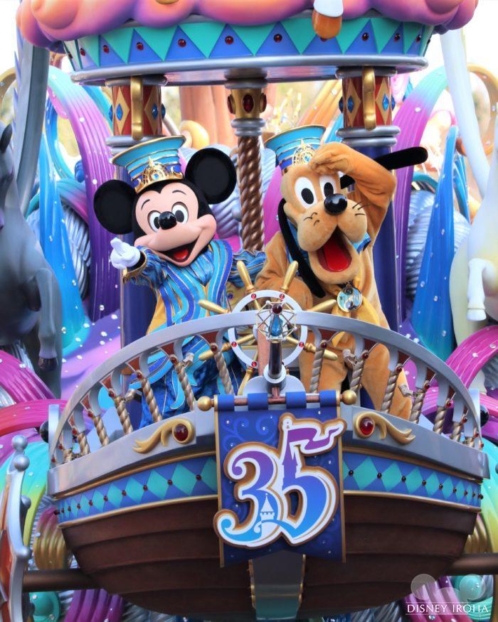 パレード先頭に登場するミッキーマウス&プルート