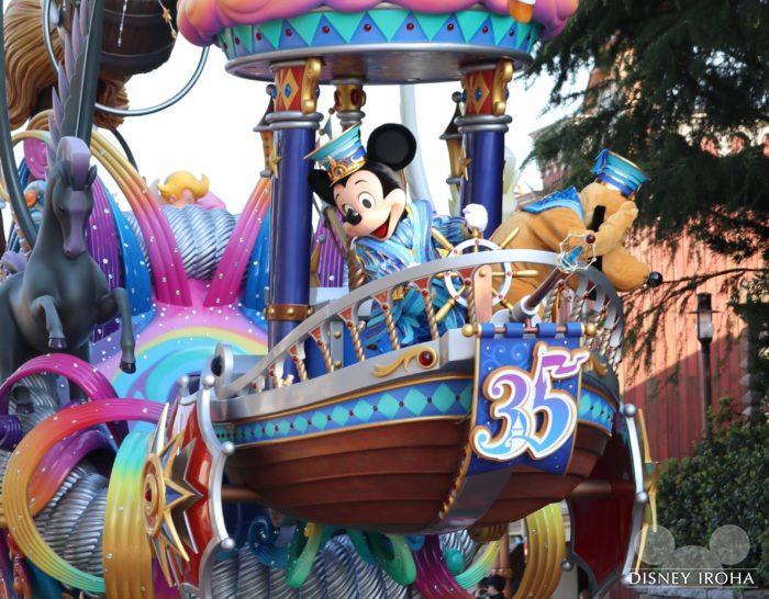船の舵を切るミッキーマウス