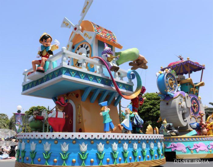 フロート前方に座るピノキオ