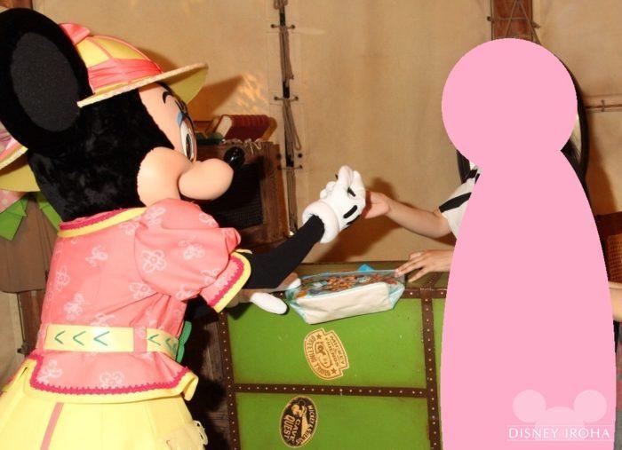 サインをしてくれるミニーマウス