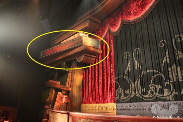 ステージ左右に字幕が表示される