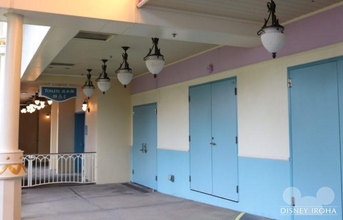 トイレはシアター入場口のすぐ近くにある