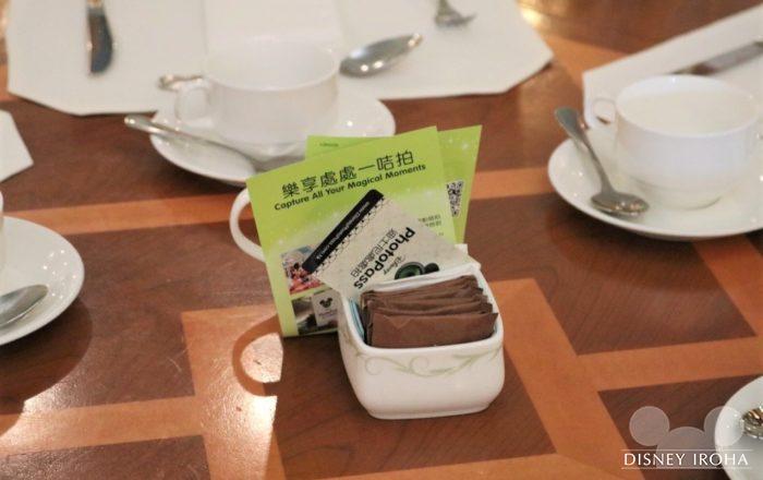 フォトパスカードはテーブル中央に用意されています