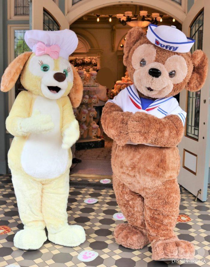 「マイ・ジャーニー・ウィズ・ダッフィー」前でご挨拶するダッフィー&クッキー