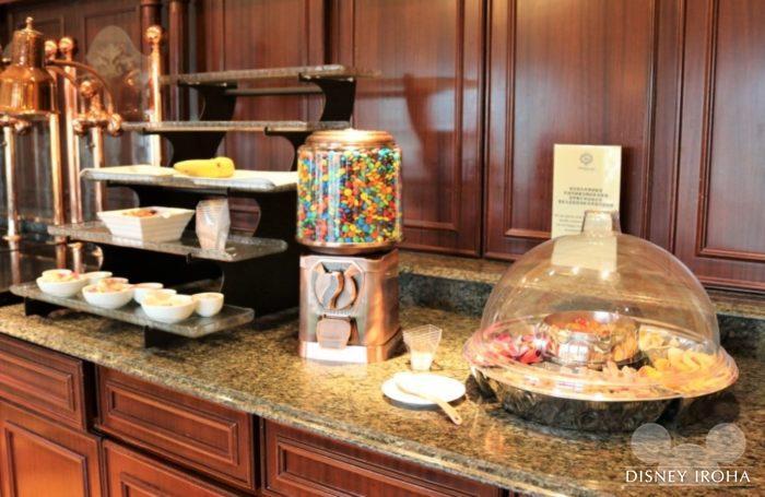 キングダム・クラブ専用ラウンジに用意されているスナック菓子
