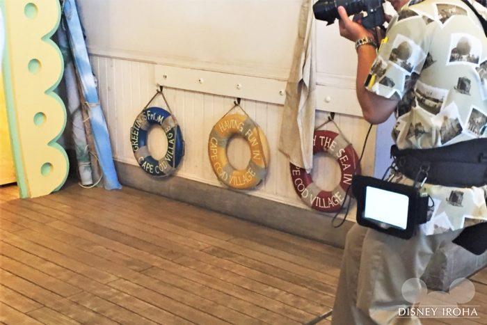 「ヴィレッジ・グリーティングプレイス」ではHAPPY BIRTHDAYと書かれた浮き輪を持って写真撮影できる
