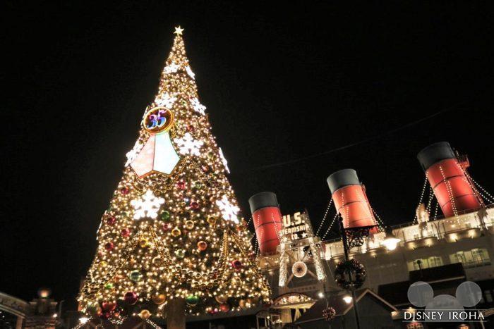 今年はS.S.コロンビア号前に35周年のロゴ入りの巨大クリスマスツリーが登場