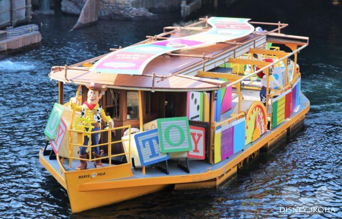 ピクサーの仲間たちが船に乗ってゲストにご挨拶をする水上ショー「ピクサー・パルズ・スチーマー」