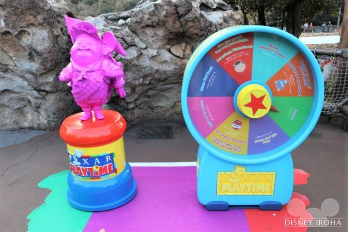 パーク内にはボードゲームのマス目とピクサーキャラクターの形をしたコマが登場