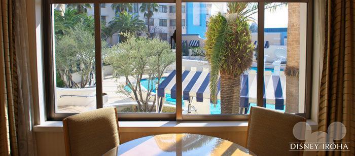 「パームガーデンビュー」の客室からはプールが見える