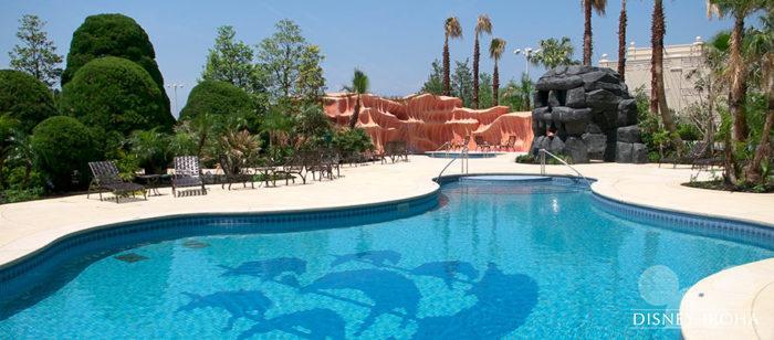 ディズニーランドホテルの屋外プール「ミスティマウンテンズ・プール」