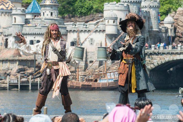 ショーの名キャストは、キャプテン・ジャック・スパロウとキャプテン・バルボッサ率いる海賊たち