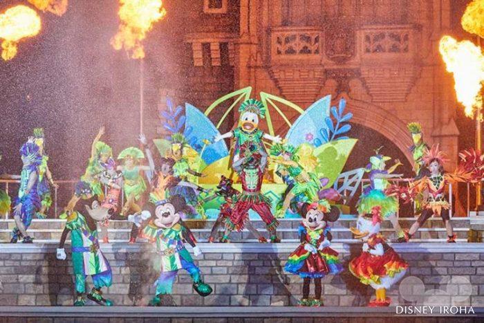 シンデレラ城前のステージで公演するメインショー「オー!サマー・バンザイ!」