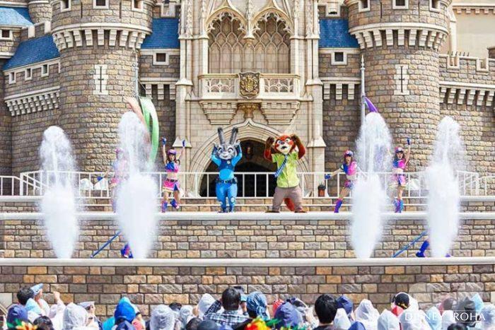 シンデレラ城前のステージで公演する「ジュディとニックのジャンピン・スプラッシュ」