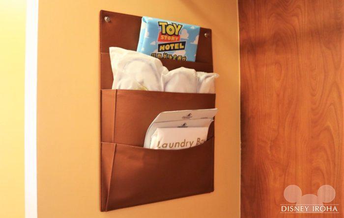部屋に用意されている不織布のバッグ、スリッパ、ランドリーバッグ