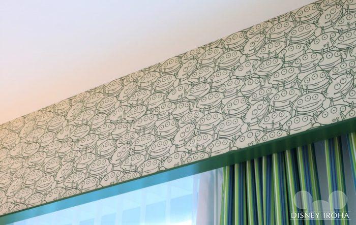 カーテン上部にはリトルグリーンメンがいっぱい