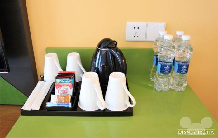 部屋に用意されているコーヒー&お茶セットとミネラルウォーター