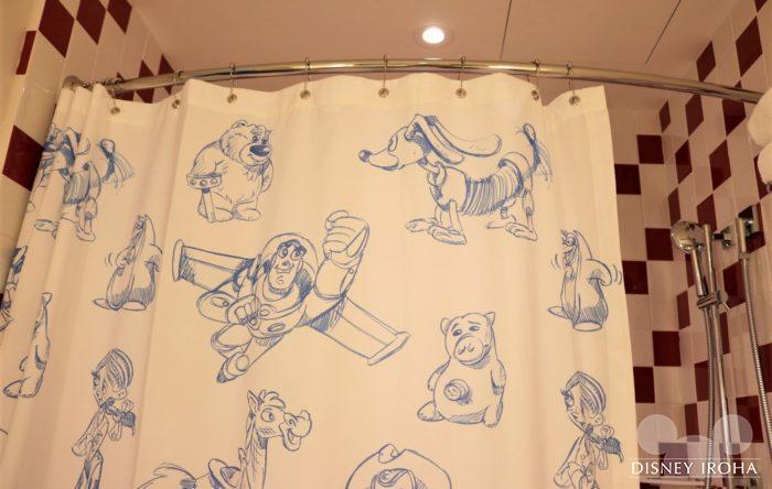キャラクターのデッサンが可愛いシャワーカーテン