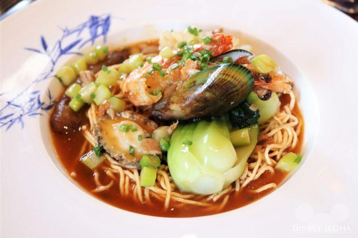 メイン料理「Crispy Noodle with Assorted Seafood and Spicy Abalone Sauce」