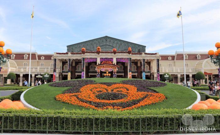 ハロウィーンイベント期間中はミッキー花壇がパンプキンカラーに!