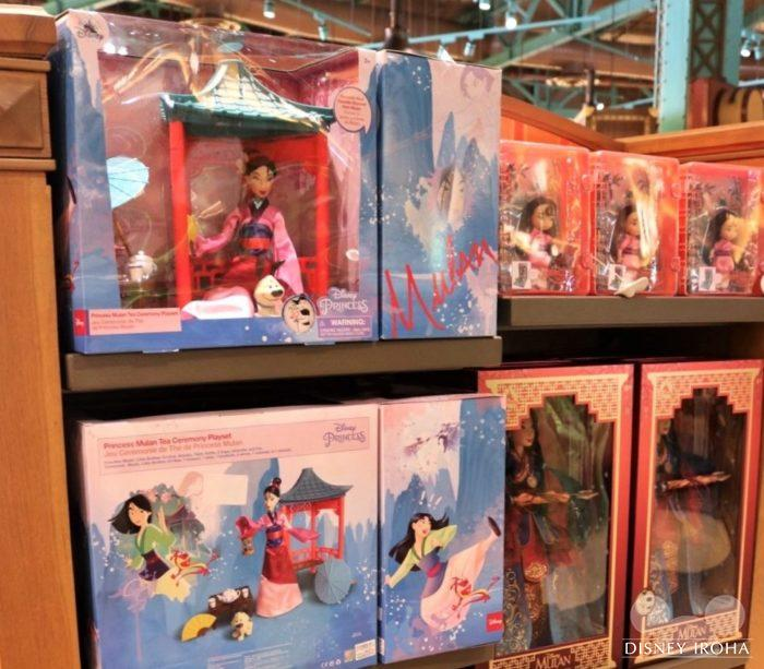 おもちゃコーナーで中国が舞台のディズニー映画『ムーラン』のグッズを発見