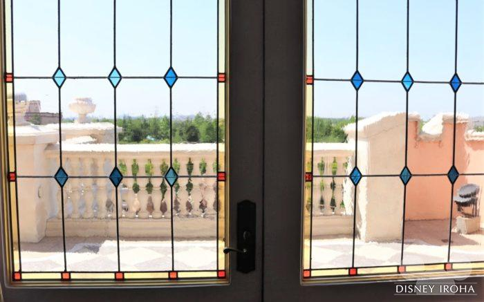 窓際の席ではお城の外を眺められる