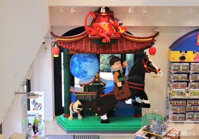 店内に展示されたレゴ作品「ムーラン」