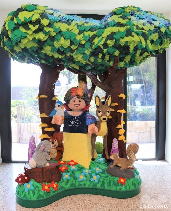 店内に展示されたレゴ作品「白雪姫」