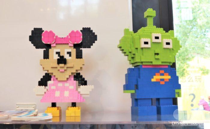 店内に展示されたレゴ作品「ミニー&リトルグリーンメン」