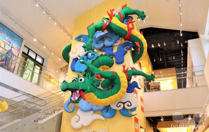 店内に展示されたレゴ作品「ドラゴン」