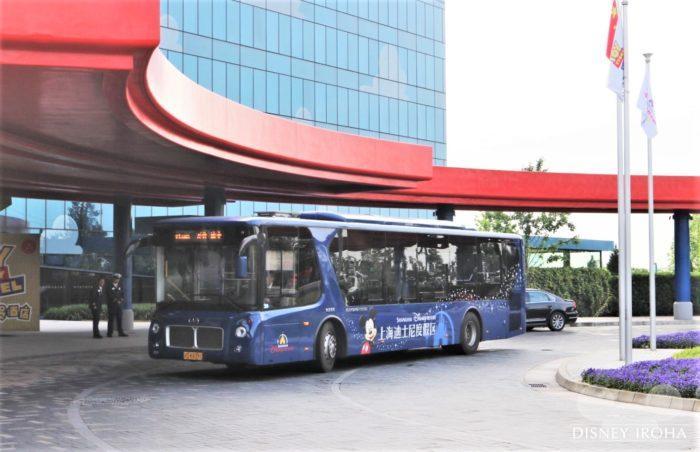 パークへは無料のシャトルバスで移動できる