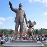 パークにウォルト・ディズニーのブロンズ像がある理由とは?名前の由来も紹介